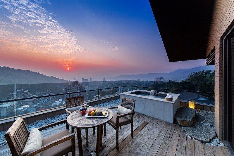 麗禧套房603號擁有戶外湯池,讓賓客處於北投制高點泡湯,坐看觀音山的夕陽景致。 ...