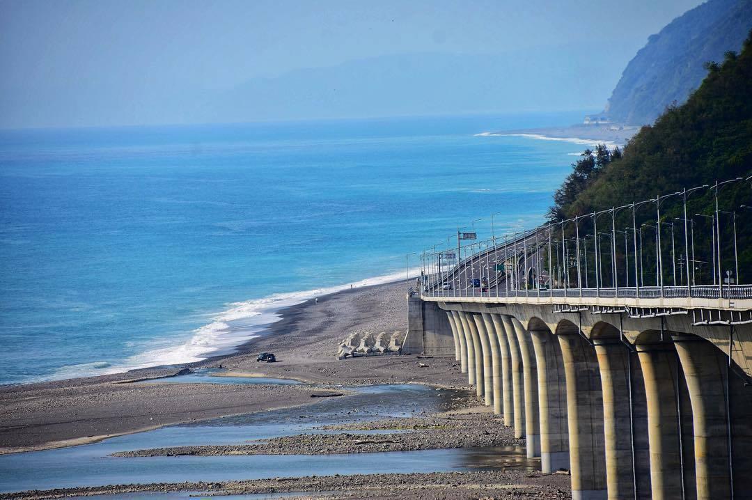 全台最美的高架橋「金崙大橋」讓人等不及一場公路自駕遊。圖/IG網友ps82090...