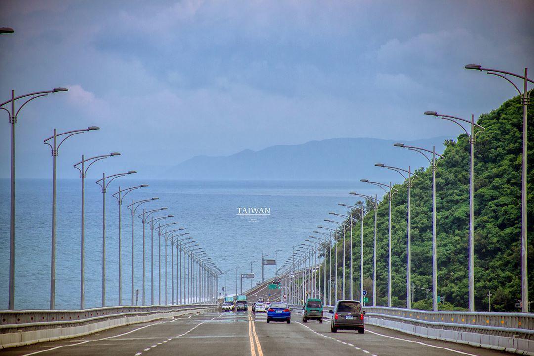 開在海上的道路「金崙大橋」滿滿療癒感。圖/IG網友changchinghsiun...