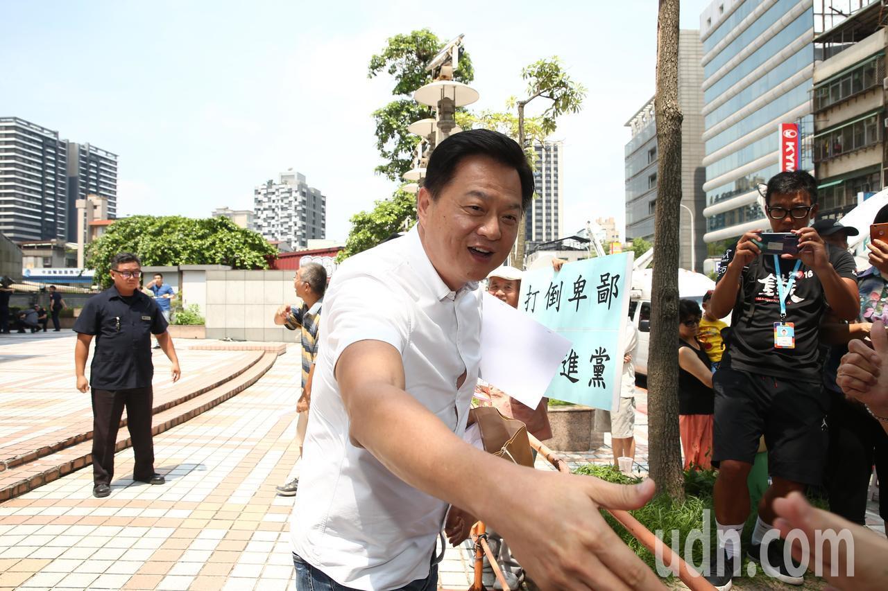前台北縣長周錫瑋接受德國之聲訪問表達對中國的看法。記者曾原信/攝影
