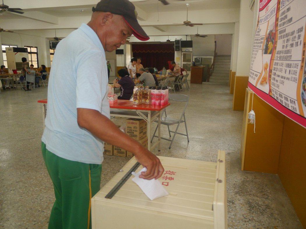 參與投票的居民勾選心目中理想方案,再將選票投入票匭。記者徐白櫻/攝影