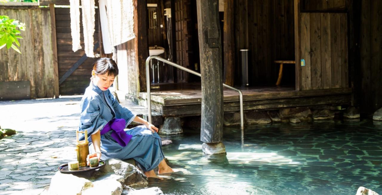 暑假旅遊去日本的畫,可以養生、品美食、賞螢火,入住日式旅館避暑。 Airbnb提...