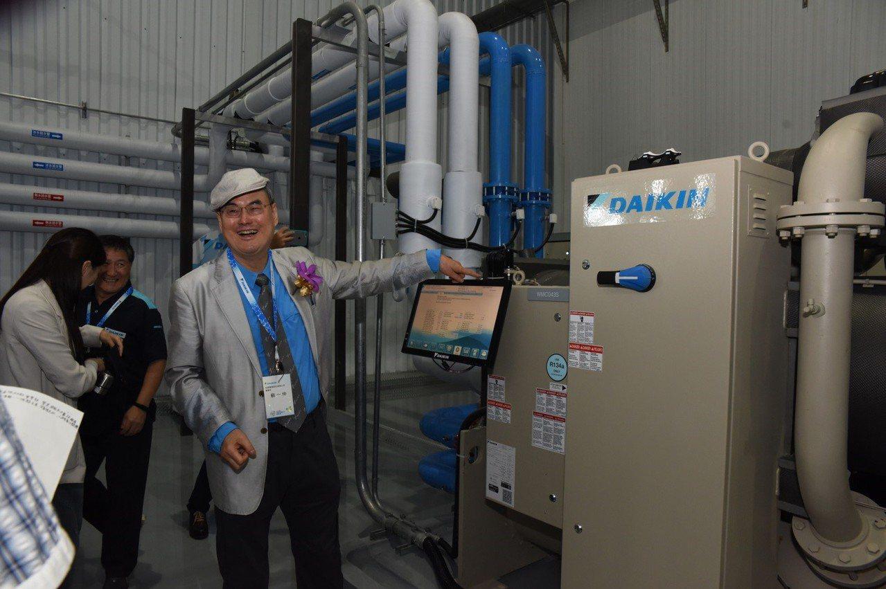 和泰興業董事長蘇一仲於開幕時親自解說大金AP營運中心實機運轉、單機制冷能力達20...