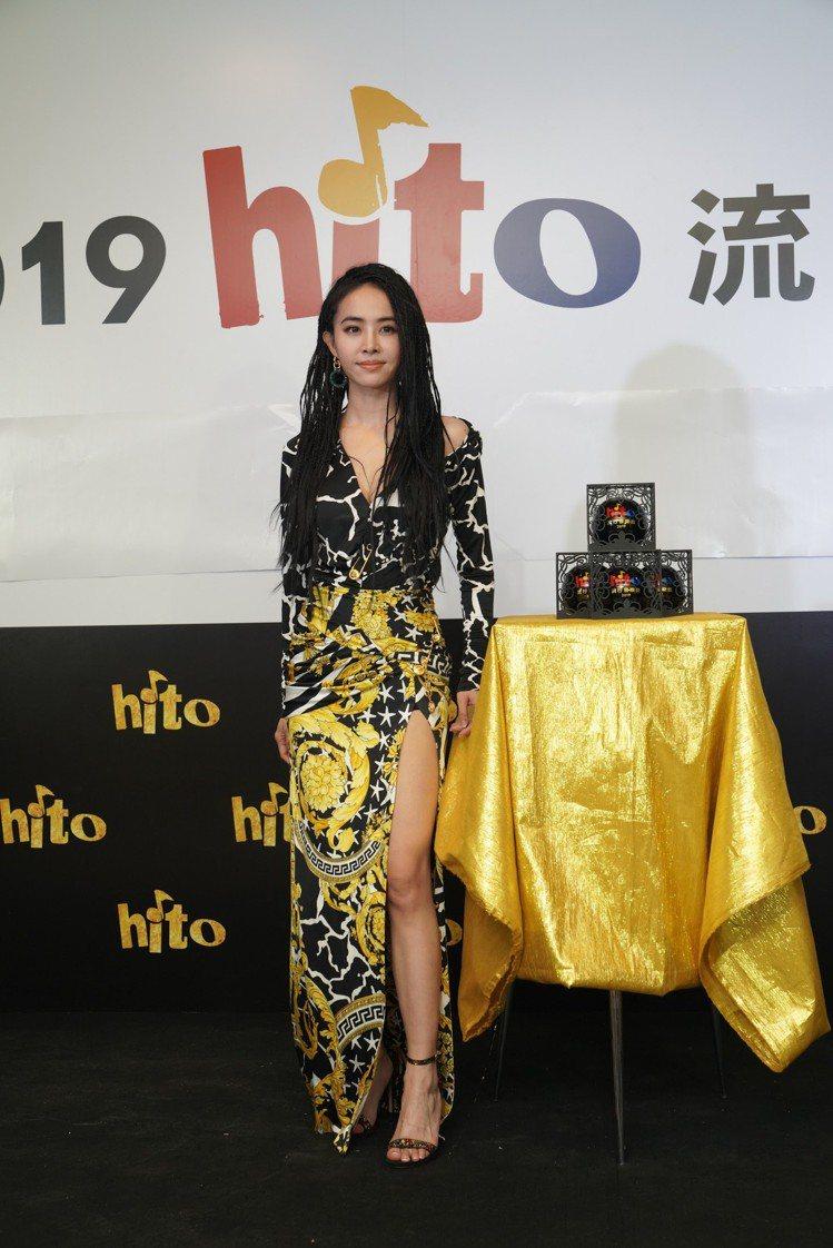 蔡依林穿著Versace早秋女裝,梅杜莎金屬別針打造細節魅力。圖/Versace...