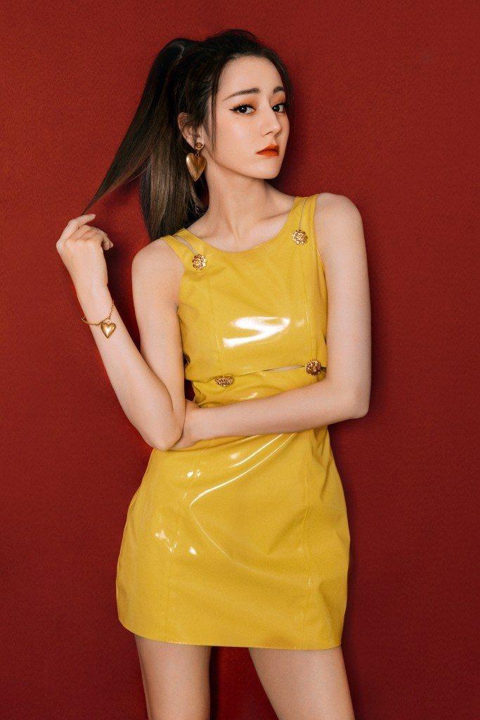 迪麗熱巴穿Versace早秋亮黃漆皮洋裝配梅杜莎元素飾品。圖/Versace提供