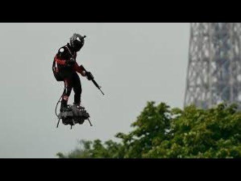 法國國慶一名空中飛人踩著飛行滑板、手持步槍,在香榭麗舍大道上空飛翔。取自YouTube