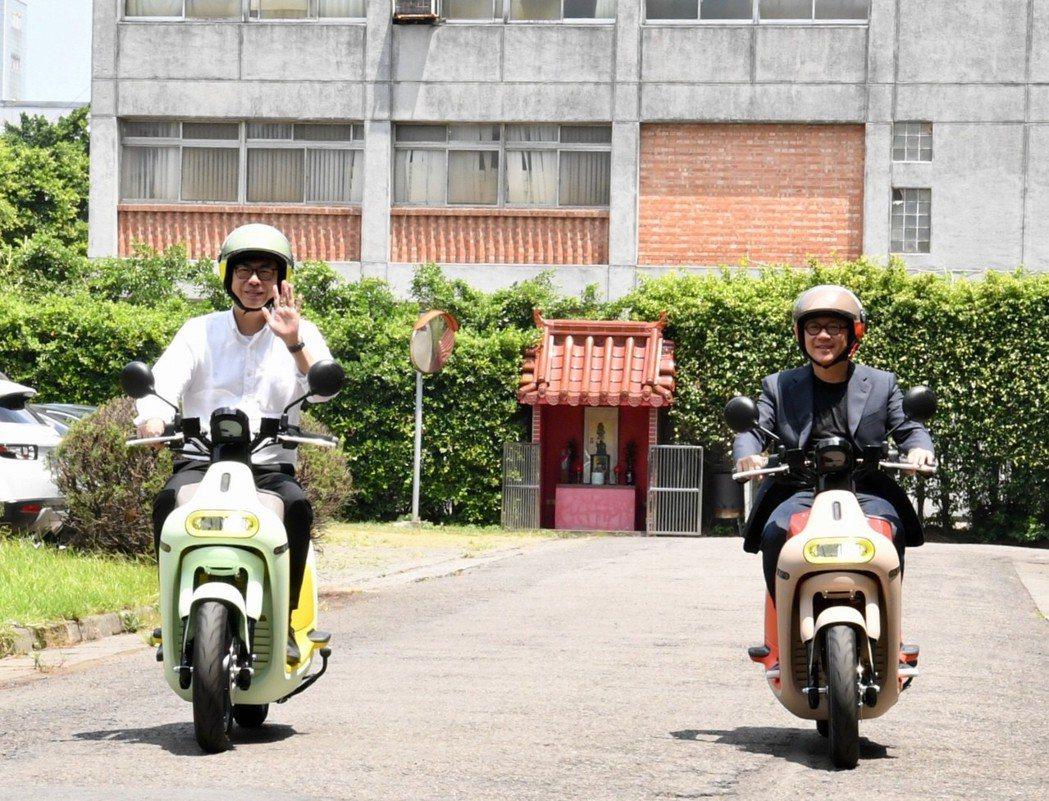 行政院副院長陳其邁(左)與Gogoro執行長陸學森,試乘Gogoro 3車款。行...