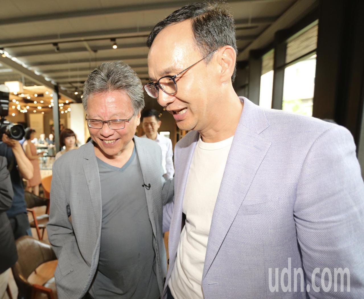 未獲提名的參選人朱立倫(右)在作家張大春(左)的邀請下,出席活動。記者許正宏/攝...