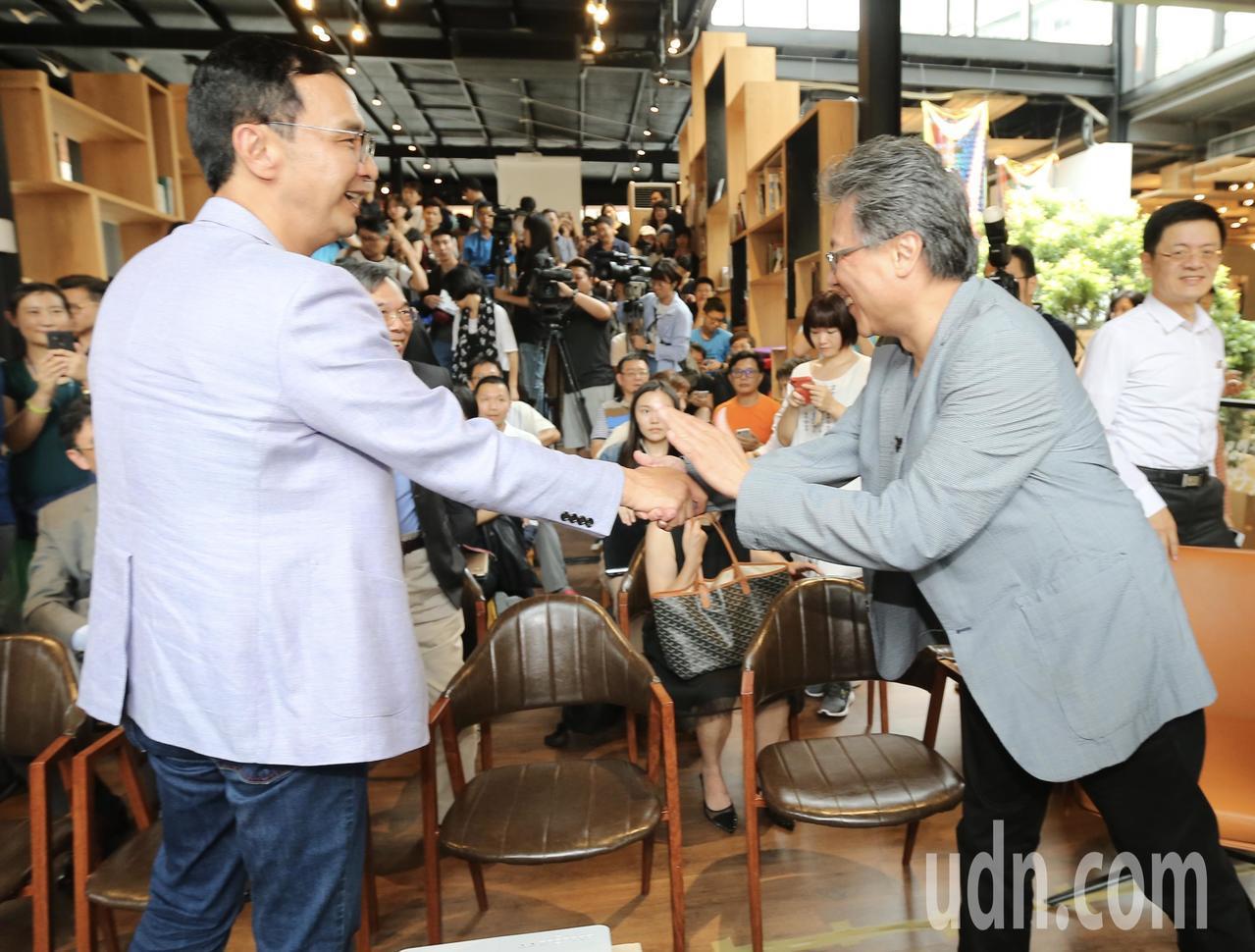 未獲提名的參選人朱立倫(左)作家張大春(右)的邀請下,出席活動。記者許正宏/攝影