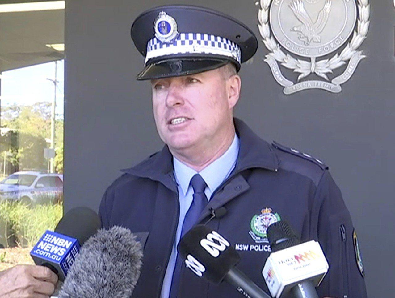 澳洲警官威廉斯15日說明4名孩童。(美聯社)