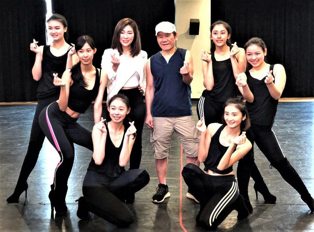 趙傳(右四)為演唱會練舞。圖/開麗娛樂提供