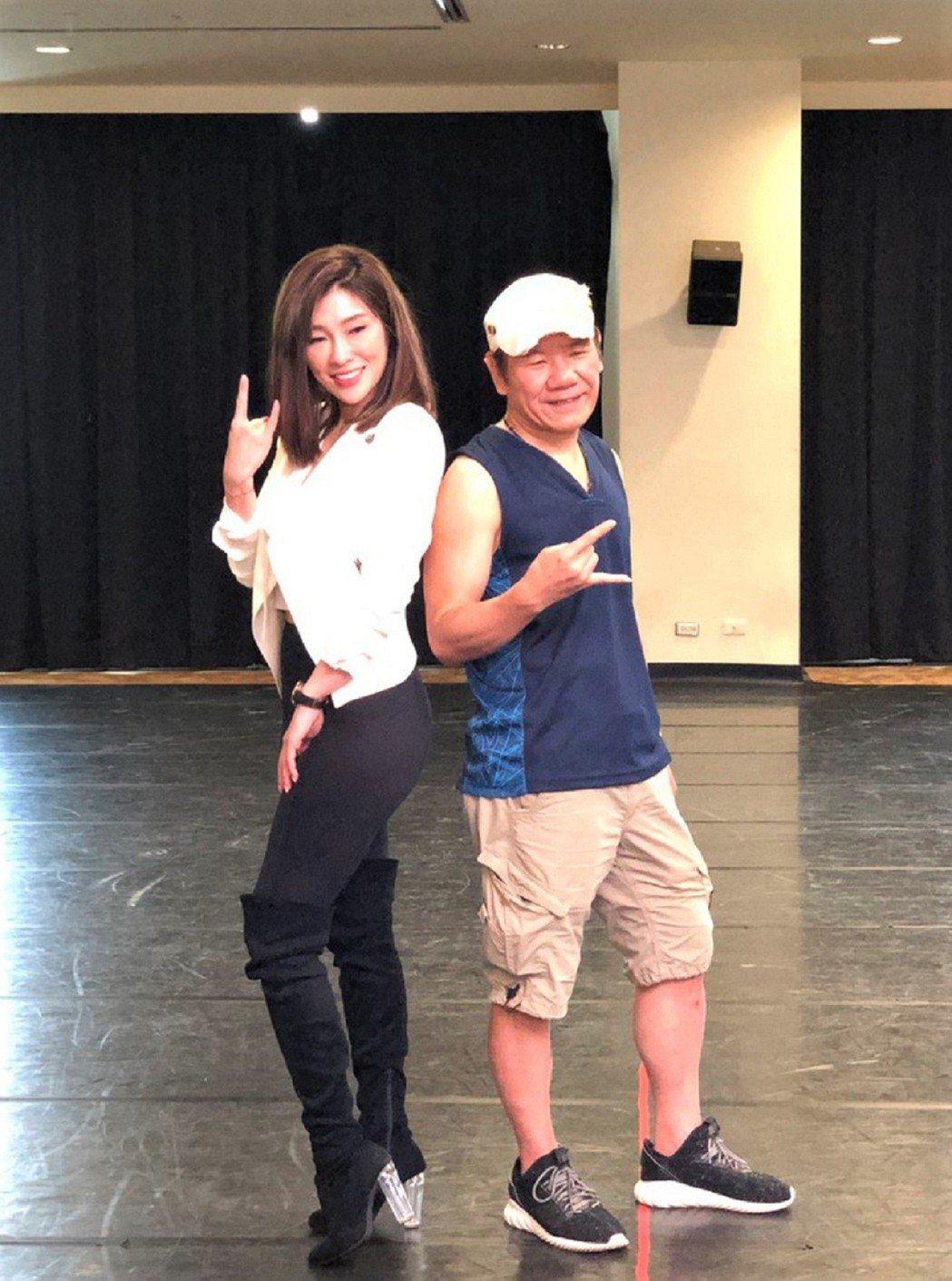 趙傳(右)拜師KIMIKO,賣力練習唱跳。圖/開麗娛樂提供
