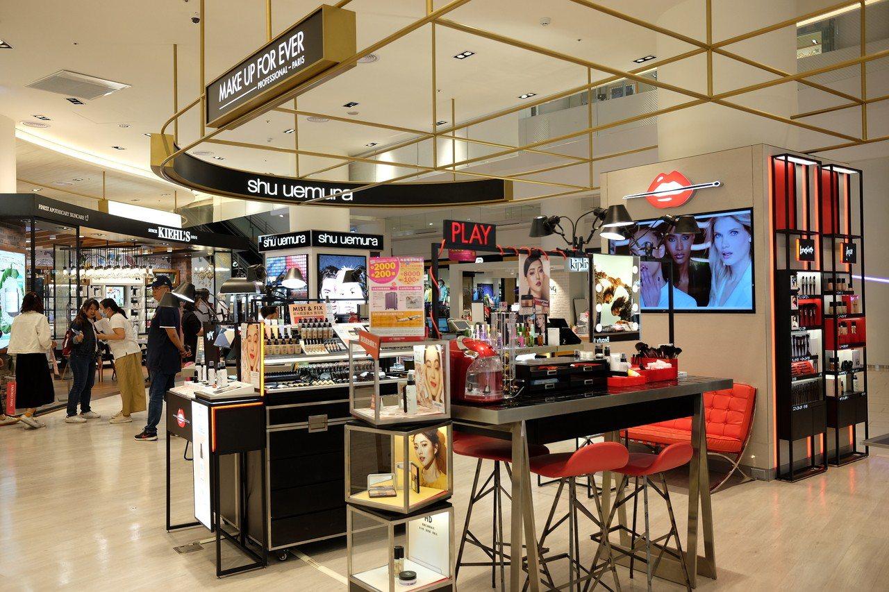 高雄大魯閣草衙道購物中心導入全新的美妝專區。記者黃仕揚/攝影