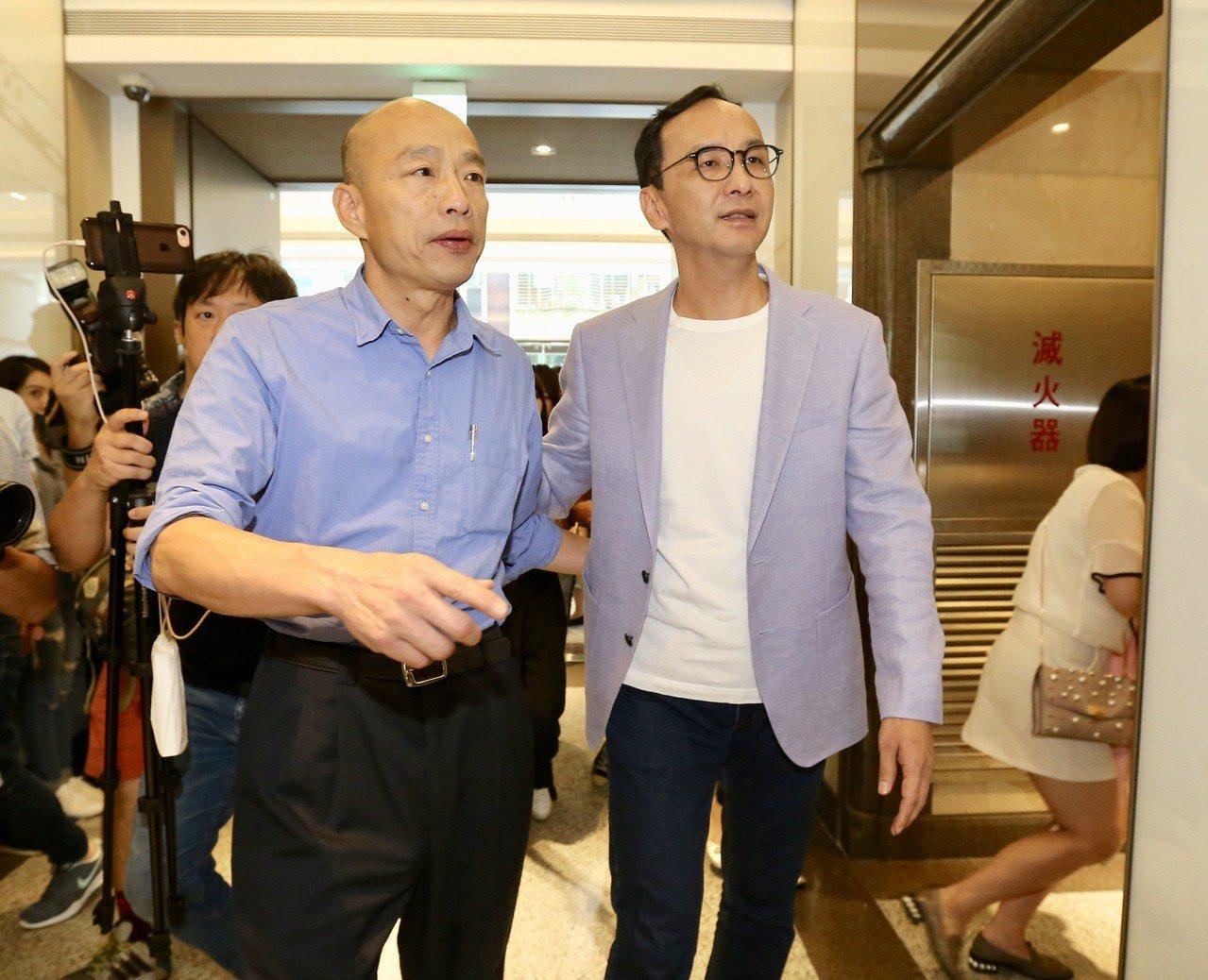 國民黨內總統初選民調出爐後韓國瑜(左)前往拜會朱立倫(右),兩人在短暫會晤後,一...