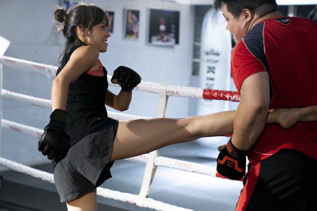 黃姵嘉(左)為扮演空手道高手,開拍前做了綜合格鬥特訓。圖/金禾創意、三映電影提供
