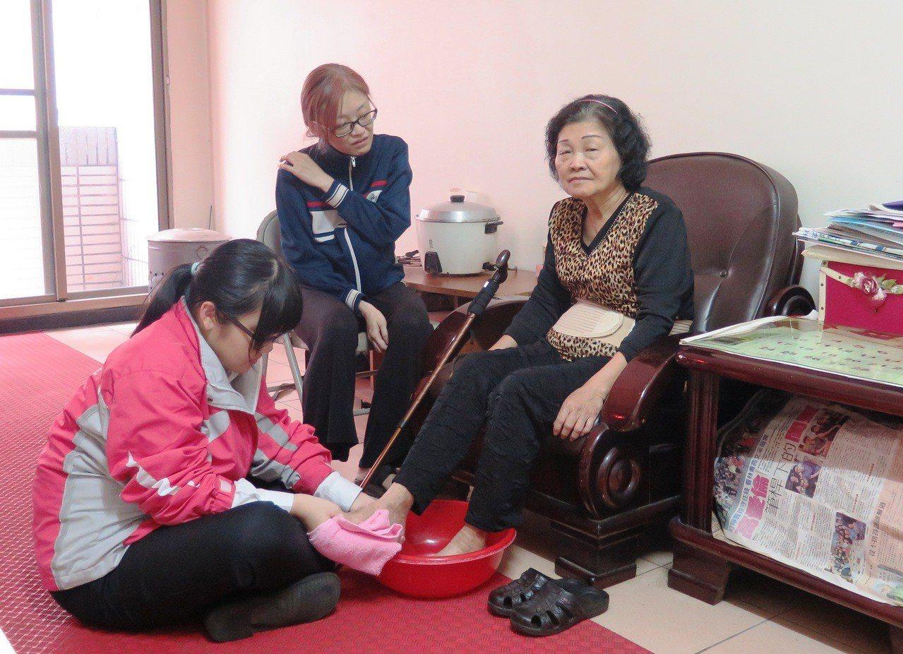 楊靜如(左1)從小學四年級開始,就會幫媽媽照顧外婆,侍親至孝,入選今年全國孝行獎...