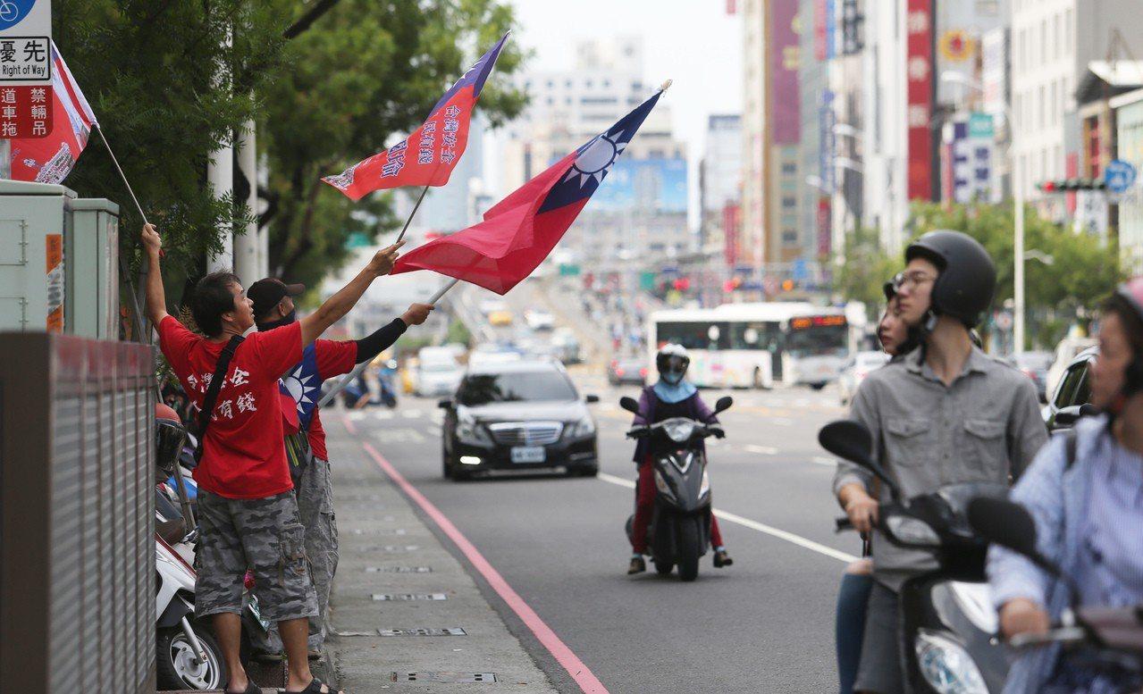 慶祝韓國瑜在國民黨總統初選勝出,高雄街道有民眾高興地揮舞國旗。記者劉學聖/攝影