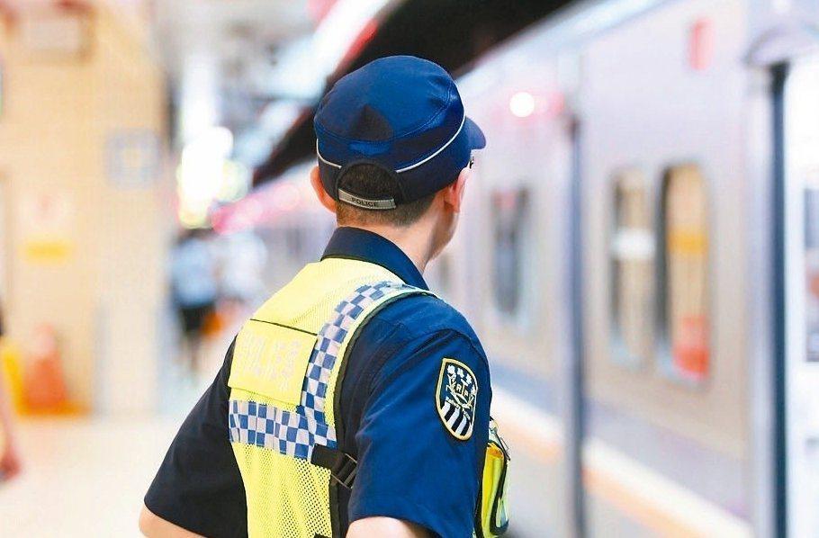 台鐵嘉義站傳出一名男子持刀攻擊鐵路警察事件,造成李姓員警不治。圖為台北車站執勤的...