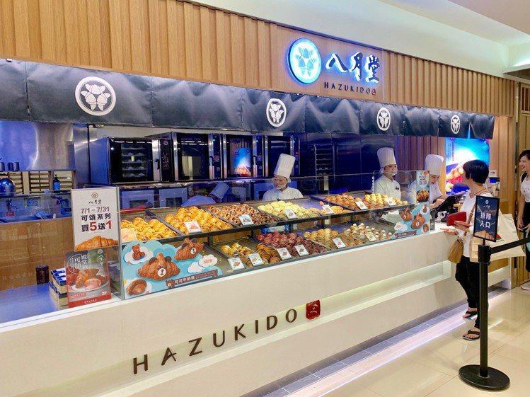 八月堂推出兩款全新商品「燻雞起司鹹派」、「可可牛奶熊」可頌。記者張芳瑜/攝影