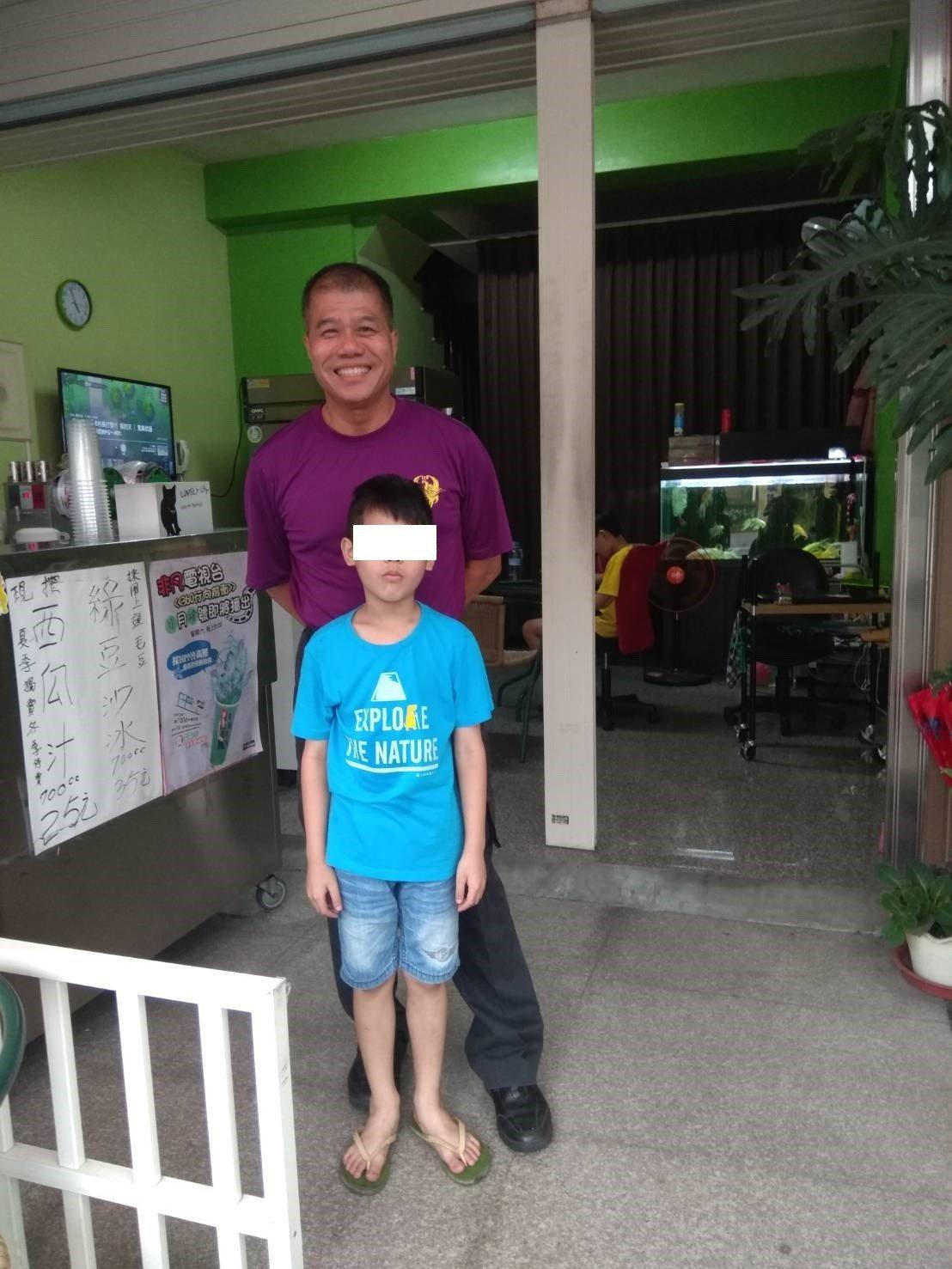 小隊長曾國勝和隊員救出的男童,是他8年前在救護車為急產婦人接生的男嬰。記者鄭國樑...