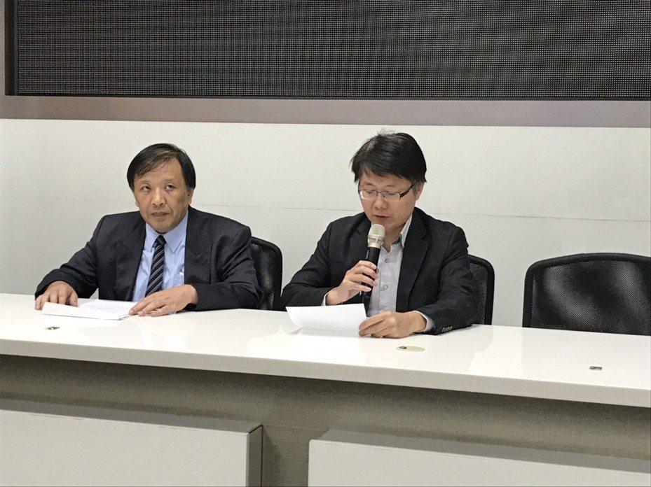 綠能財務長熊穉麟(左)及大同財務長彭文傑,宣布綠能擬召開股東臨時會討論解散清算事宜。記者蔡銘仁/攝影