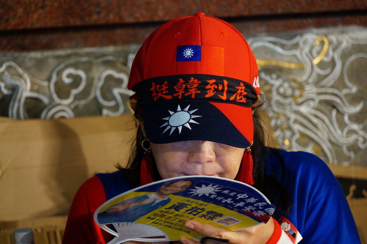 韓粉帶國旗帽寫著挺韓到底。記者林伯驊/攝影