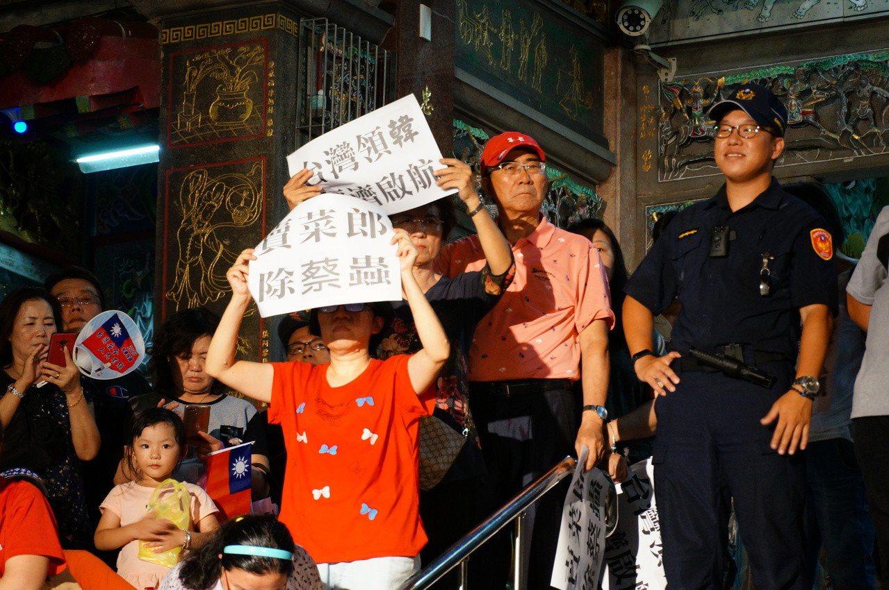 韓國瑜支持者舉「賣菜郎、除蔡蟲」標語。。記者林伯驊/攝影