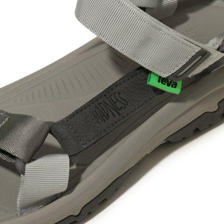 Teva® X MADNESS涼鞋採用今夏流行的螢光綠色,與灰色基調形成強烈視覺...