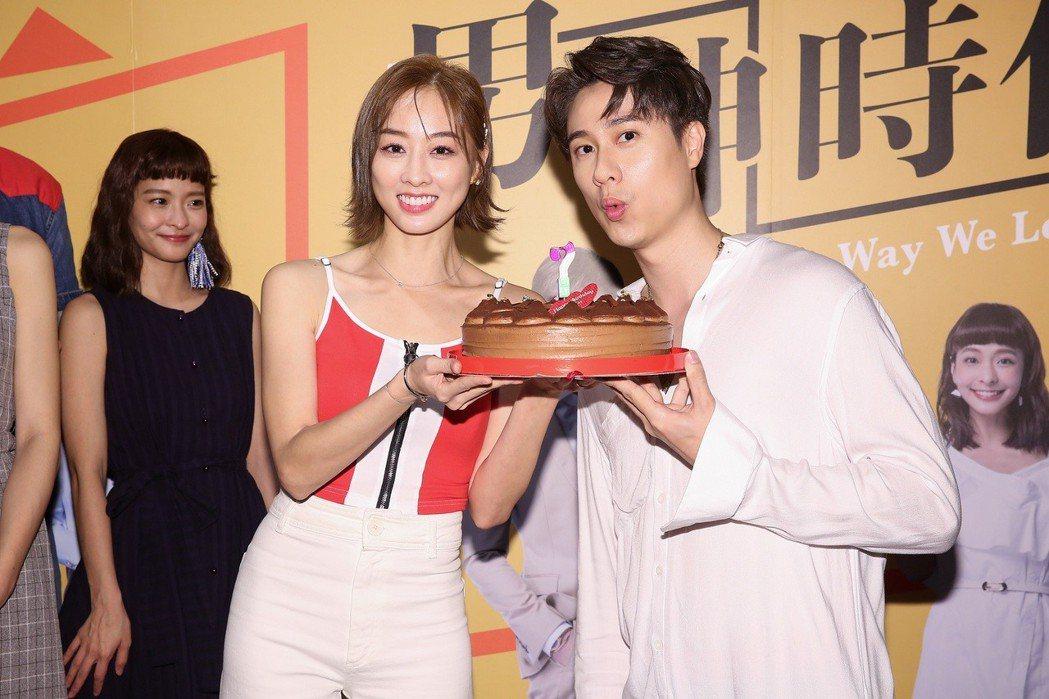 劉書宏過31歲生日,夏語心端蛋糕慶生。圖/東森提供