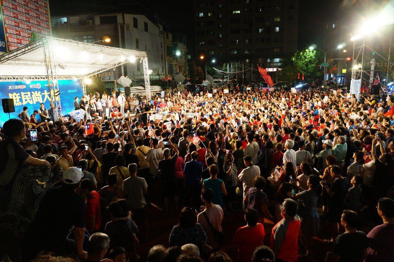 韓國瑜抵達後支持者擠爆廟埕。記者林伯驊/攝影