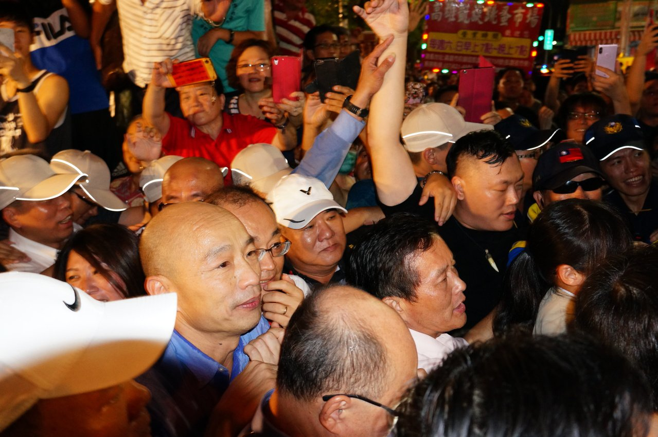韓國瑜離場支持者猛擠想給他加油。記者林伯驊/攝影