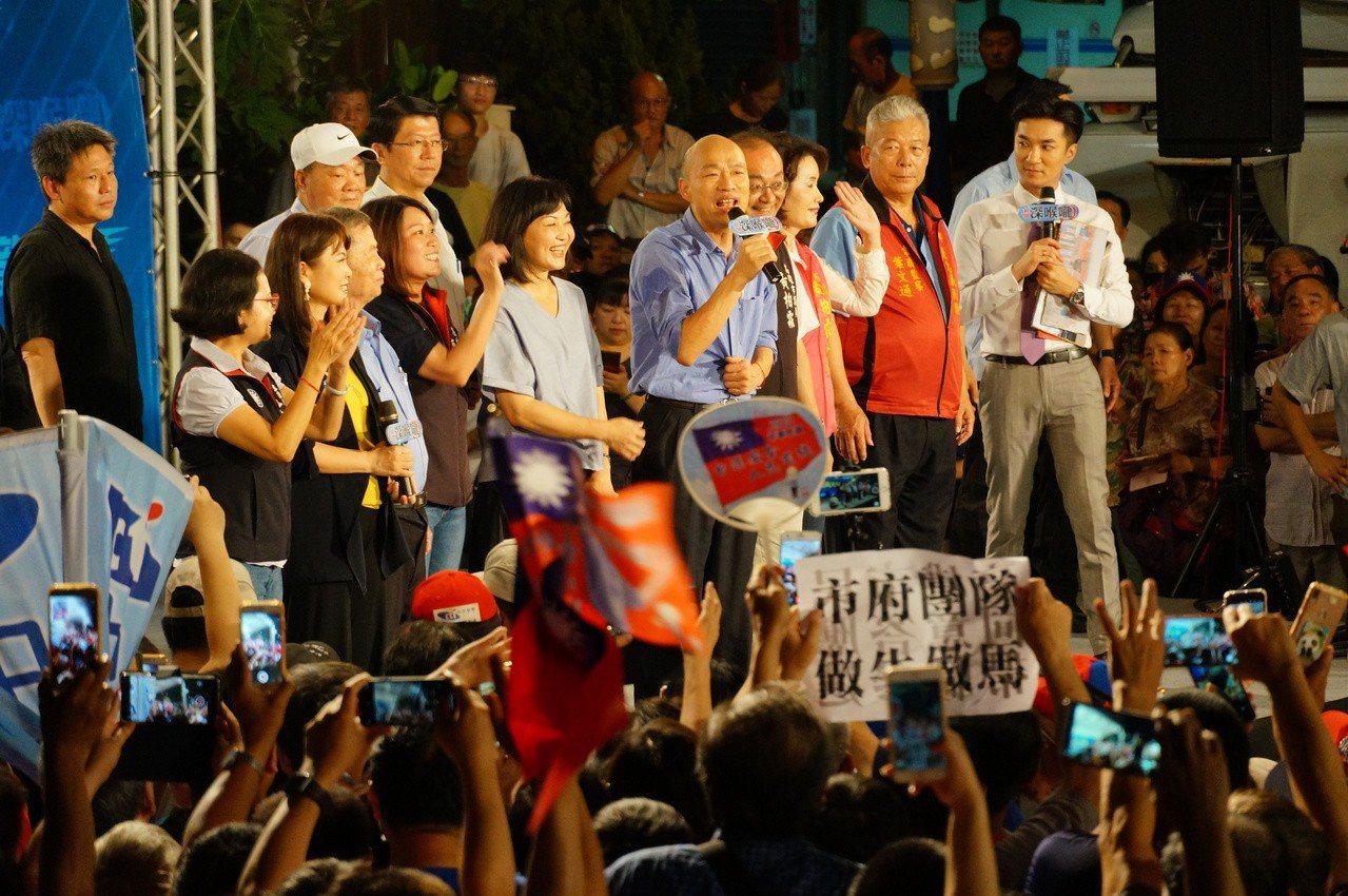 韓國瑜上政論節目直播錄影現場講話。記者林伯驊/攝影