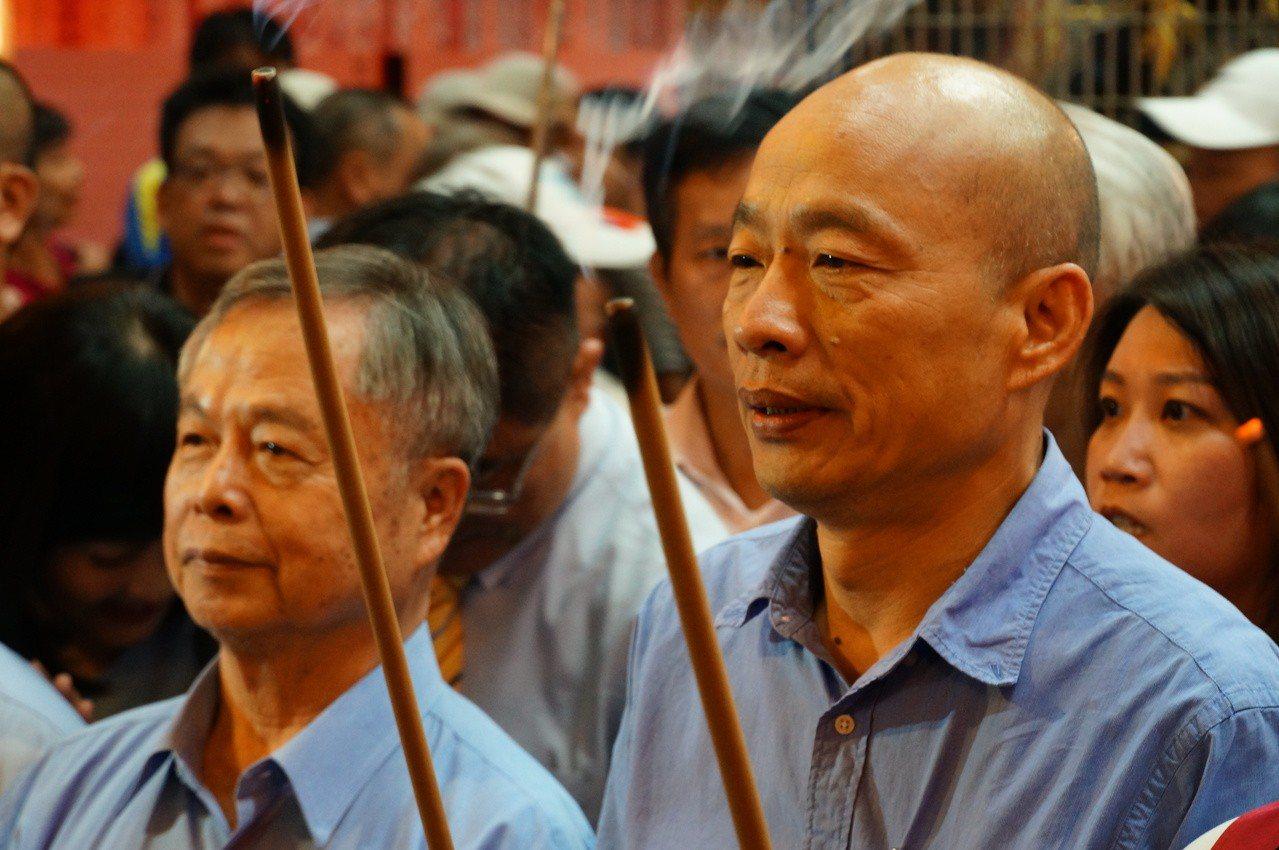 高雄市長韓國瑜(右)今晚到三民區褒忠義民廟參拜祈福。記者林伯驊/攝影