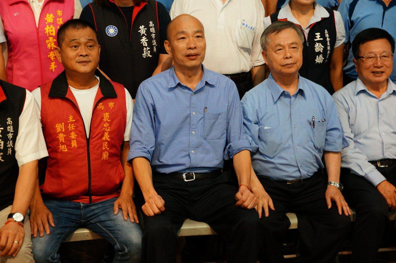 韓國瑜(左二)和廟方人員合影。記者林伯驊/攝影