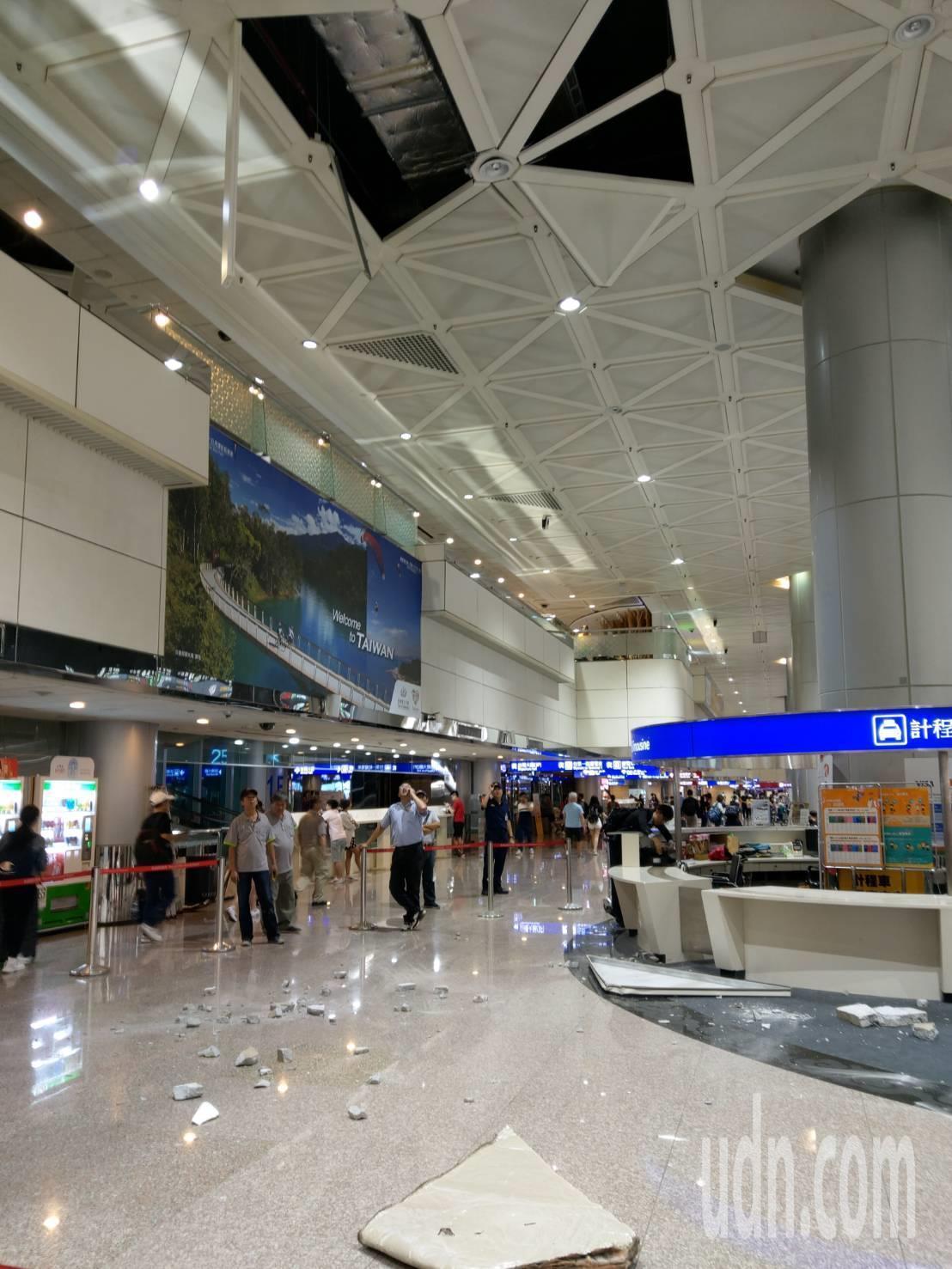 桃園機場第二航廈入境大廳南側天花板,15日晚間9時30分左右突然掉落,所幸沒有砸...