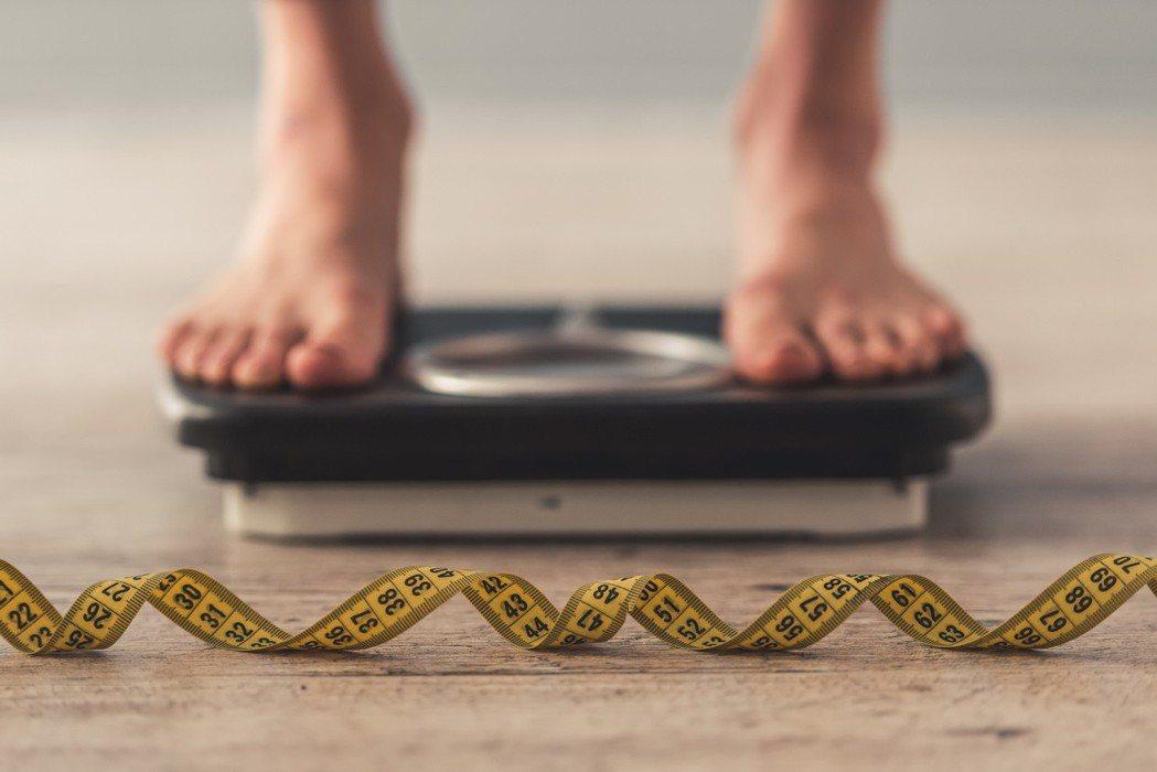一項研究顯示,低收入者易用高熱量食物紓壓,導致身材較胖。 圖/123RF