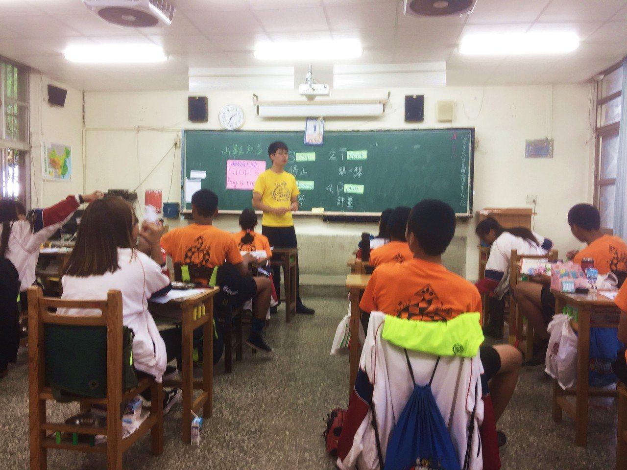 台東縣近年南迴地區因受極端氣候影響,屢創高溫,包括賓茂國中在內的學生,暑期課輔得...