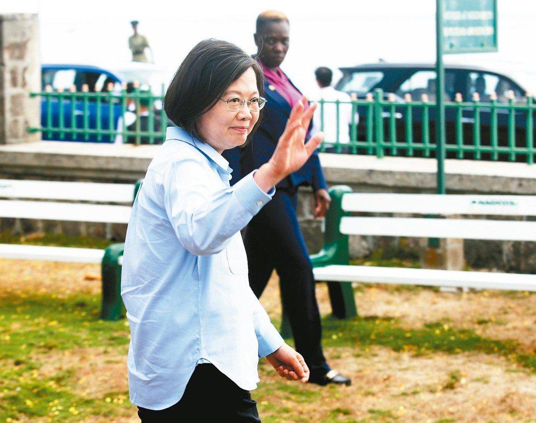 自信掛臉上總統蔡英文(前)訪問聖克里斯多福及尼維斯第二天行程,對於高雄市長韓...