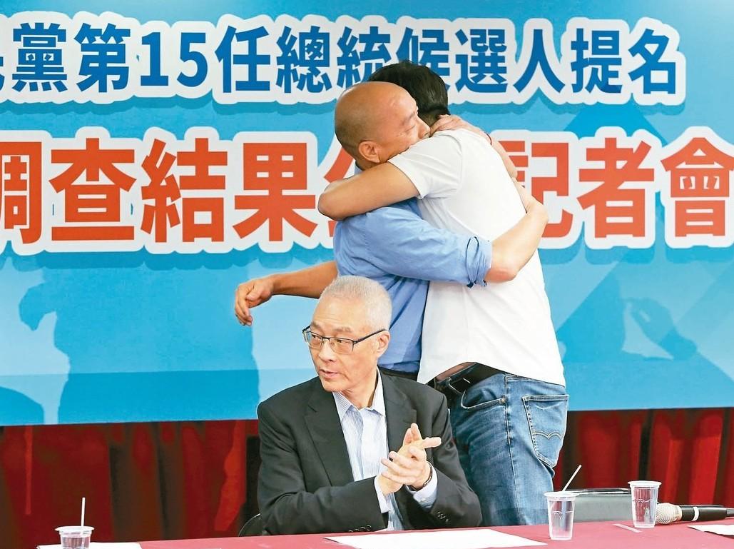國民黨總統民調結果出爐後,韓國瑜(左)大大擁抱了周錫瑋,吳敦義則拍手若有所思。 ...