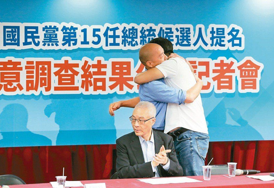 國民黨總統民調結果出爐後,會中韓國瑜(左)一度給周錫瑋(右)一個大大的擁抱,吳敦...