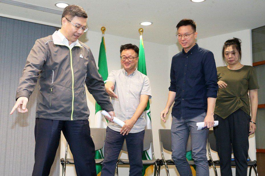 民進黨主席卓榮泰(左一)、秘書長羅文嘉(左二)昨天公布人事,由太陽花學運領袖林飛帆(右二)接任民進黨副秘書長。 記者胡經周/攝影