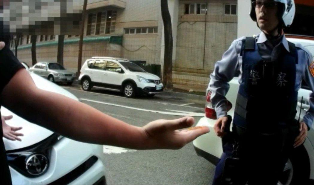 王男逕自將右手伸入褲底,挖出一坨咖啡色糞物在手上,朝員警靠近,「我挫賽在褲底有騙...