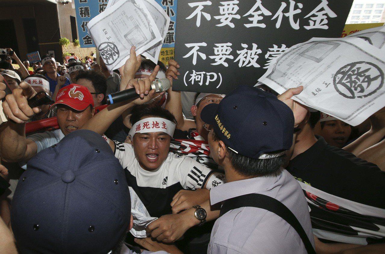 台北市「容積代金」上路,公保地受害地主自救會曾到市政府抗議。 圖/聯合報系資料照...