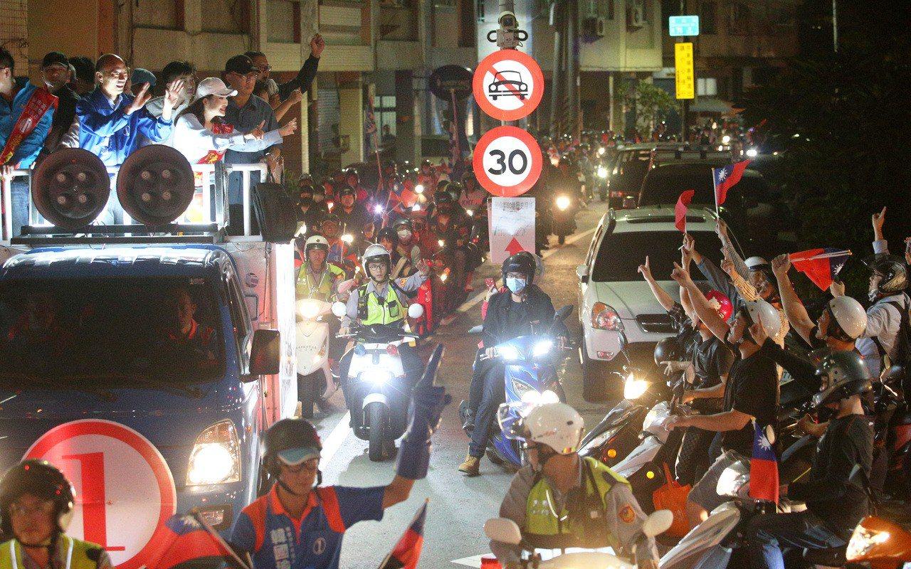 韓國瑜去年在鼓山區車隊掃街拉票,許多韓粉騎機車跟著車隊一起遊街場面熱鬧。 圖/聯...