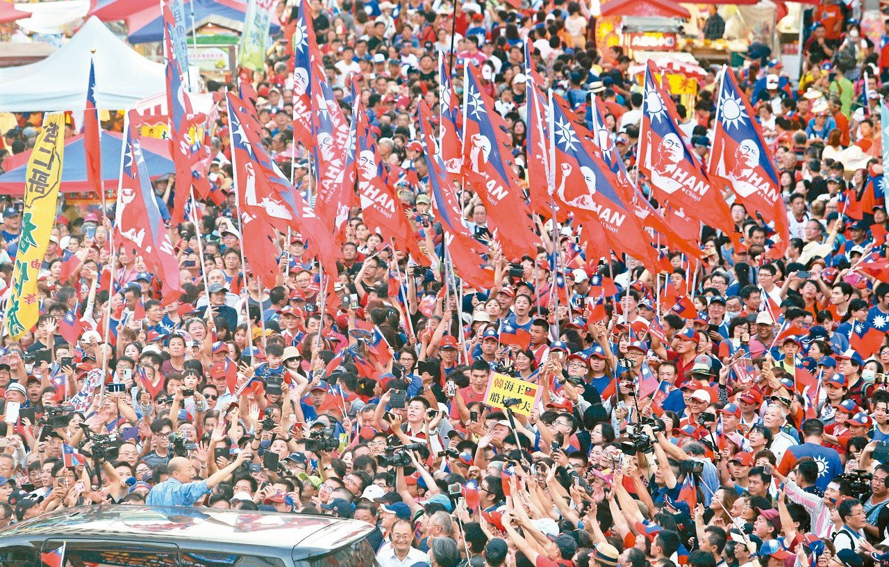 高雄市長韓國瑜(左下)8日在六合夜市快閃現身,吸引大批韓粉擠爆現場。 圖/聯合報...