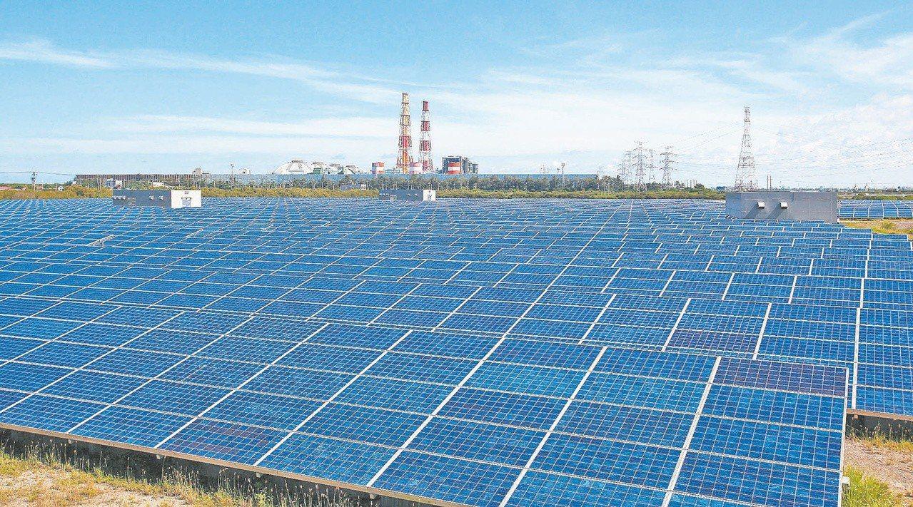聯合再生能源日前驚傳資遣239人,聯合再生能源董事長洪傳獻表示,資遣是為了轉型,...