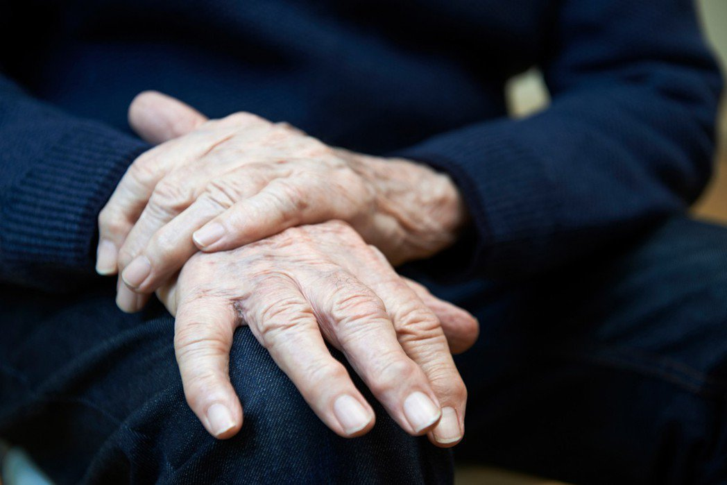手抖其實是常見症狀,在醫院門診也常遇到有這類困擾的病患詢問,懷疑自己得了巴金森氏...