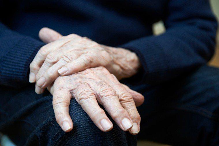 巴金森氏症病人也可能會出現憂鬱、焦慮等症狀,更可能因為手抖、講話慢、面部表情僵硬...