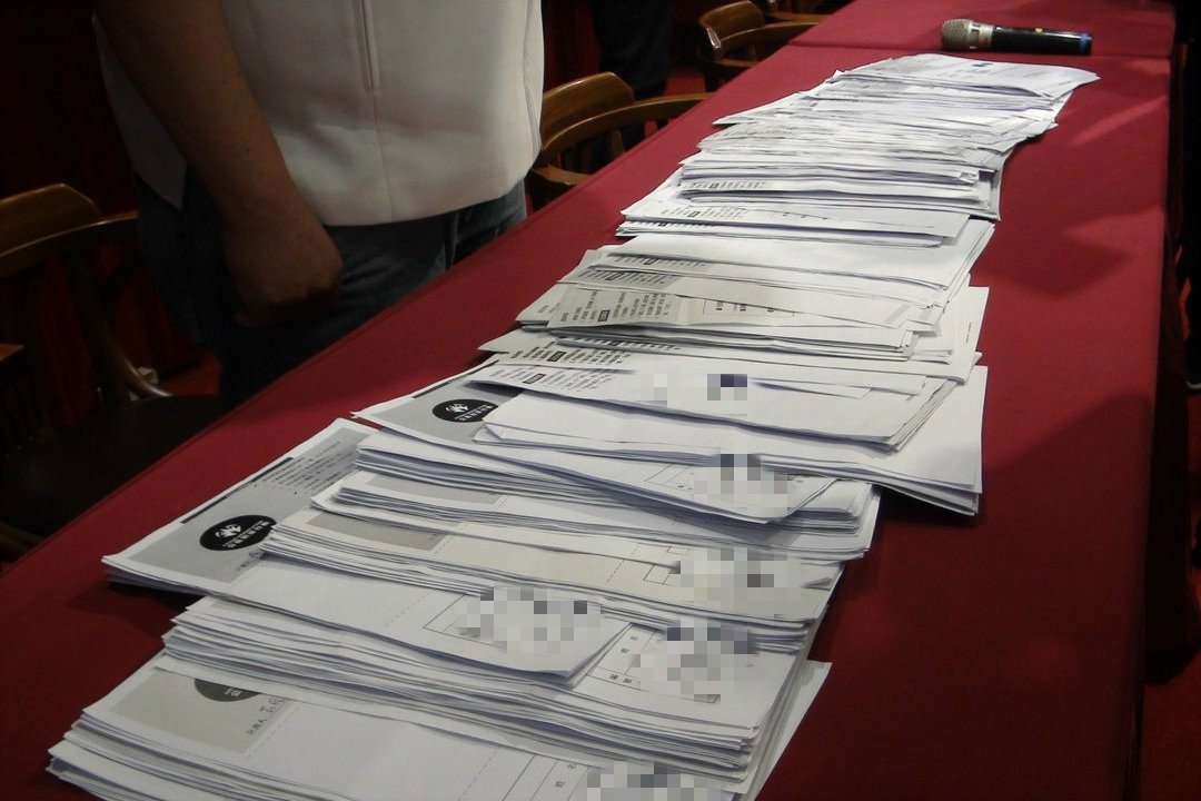 高雄市長韓國瑜昨天在國民黨初選民調中勝出,部分高市民進黨議員收到的罷韓連署書比平...