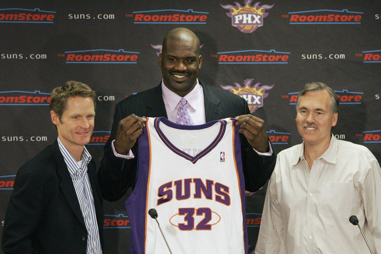 大歐尼爾(中)與柯爾(左)。圖為2008年大歐加盟太陽,柯爾時任球隊經理。 美聯...